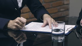 Contrat de signature du travail de femme d'affaires avec le candidat clips vidéos