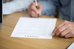 Contrat de signature de main masculine, homme supérieur mettant la signature sur le docu Photographie stock libre de droits