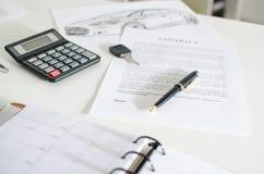 Contrat de ventes, clé, stylo et calculatrice Photographie stock