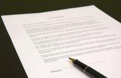 Contrat et crayon lecteur Photo stock