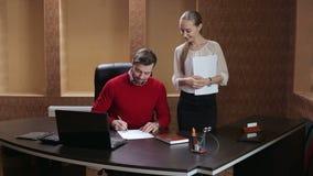 Contrat ou document de signature d'homme d'affaires banque de vidéos