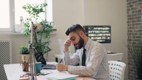 Contrat soumis à une contrainte d'affaires de lecture de type secouant le stylo de lancement de tête dans le bureau banque de vidéos