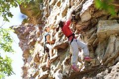 Contratan a dos adolescentes a la escalada Foto de archivo libre de regalías