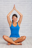 Contratan a la chica joven a yoga Imagen de archivo