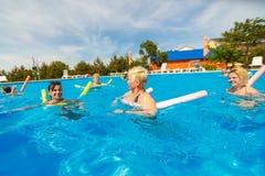 Contratan a la gente a aeróbicos de agua en piscina imagen de archivo libre de regalías