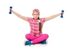 Contratan a la muchacha con pesas de gimnasia Imágenes de archivo libres de regalías