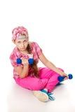 Contratan a la muchacha con pesas de gimnasia Foto de archivo libre de regalías