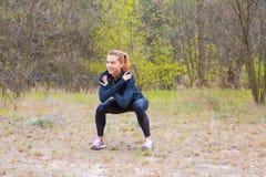 Contratan a la muchacha de los deportes a la aptitud, calentamiento fotos de archivo libres de regalías