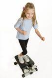 Contratan a la muchacha de seis años en un simulador del paso Imagenes de archivo