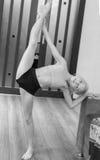 Contratan a la muchacha en gimnasia Fotos de archivo
