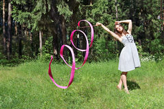 Contratan a la muchacha hermosa en vestido, a gimnasia rítmica Imagenes de archivo