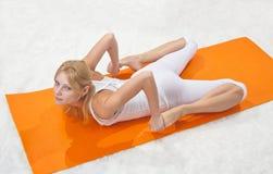 Contratan a la muchacha hermosa joven a yoga Imágenes de archivo libres de regalías