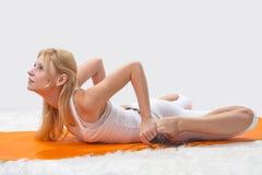 Contratan a la muchacha hermosa joven a yoga Fotos de archivo libres de regalías