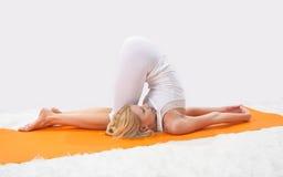 Contratan a la muchacha hermosa joven a yoga Foto de archivo libre de regalías