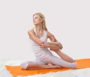 Contratan a la muchacha hermosa joven a yoga Imagen de archivo libre de regalías