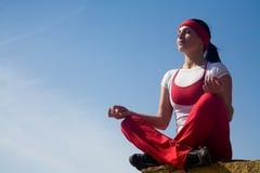 Contratan a la muchacha hermosa a yoga imagen de archivo libre de regalías