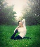 Contratan a la muchacha hermosa a yoga en el bosque Imágenes de archivo libres de regalías