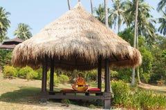 Contratan a la muchacha a la meditación Foto de archivo libre de regalías