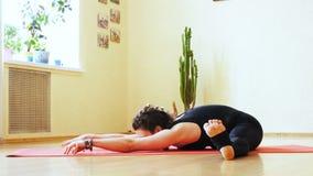 Contratan a la muchacha a yoga almacen de video