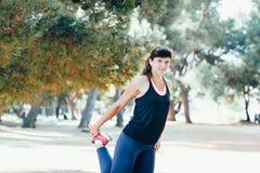 Contratan a la mujer bastante joven de los deportes a aptitud en la orilla del mar Vacaciones de verano con las subsidios por enf Fotos de archivo