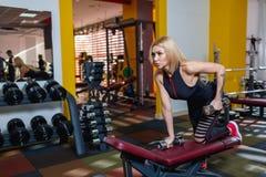 2f7ac4557 Contratan a la mujer de los deportes al gimnasio con las pesas de gimnasia  que sacuden