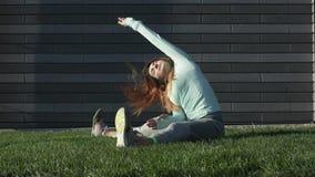 Contratan a la mujer joven a aptitud en la hierba almacen de video