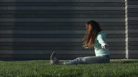 Contratan a la mujer joven a aptitud en la hierba metrajes