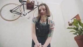 Contratan a la mujer joven en un delantal elegante a un estudio de cerámica elegante almacen de video