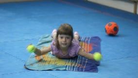 Contratan a la niña en gimnasia con las pelotas de tenis metrajes