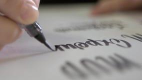 Contratan a la persona a la escritura con la pintura negra en el Libro Blanco metrajes