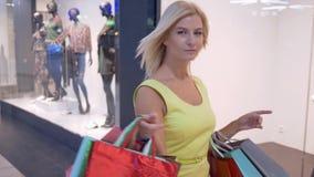Contratan a los clientes felices en compras, muchacha de moda con muchas compras en el descuento a la compra en el fin de semana  almacen de video