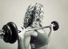 Contratan a una mujer joven a levantamiento de pesas Fotografía de archivo