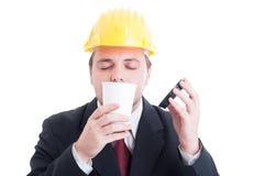 Contratante, coordenador ou arquiteto cheirando o café fresco para ir Fotografia de Stock Royalty Free