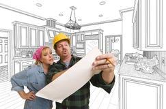 Contratante que discute planos com a mulher, desenho da cozinha atrás Fotos de Stock Royalty Free