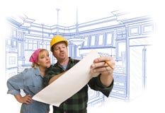 Contratante que discute planos com a mulher, desenho da cozinha atrás Imagem de Stock Royalty Free