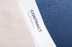 Contrate em um envelope marrom na tabela preta Foto de Stock