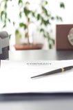 Contrate em uma mesa de madeira com pulso de disparo e fonte Fotografia de Stock