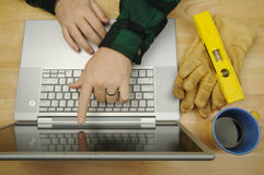 Contratista en la computadora portátil foto de archivo libre de regalías