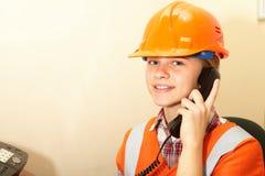 Contratista joven en el teléfono en la oficina Fotos de archivo libres de regalías