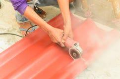 Cortar la teja de tejado Imágenes de archivo libres de regalías