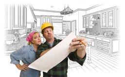 Contratista que discute planes con la mujer, dibujo de la cocina detrás Imagen de archivo
