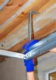 Contratista que instala el techo del carril de los posts de Profil del metal de la puerta del garaje y de la instalación y del ga Fotografía de archivo libre de regalías