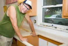 Contratista que remodela la cocina Foto de archivo