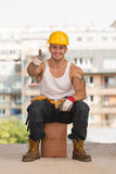 Contratista sonriente que muestra el pulgar para arriba Fotografía de archivo libre de regalías