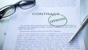 Contrato aprobado, sello sellado en el documento oficial, cierre del negocio para arriba fotografía de archivo