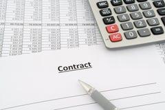 Contrato con números, la calculadora y la pluma Fotografía de archivo