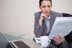 Contrato da leitura da mulher de negócios imagem de stock