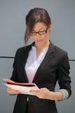 Contrato da leitura da mulher de negócios Foto de Stock Royalty Free