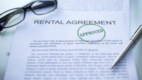 Contrato de alquiler aprobado, sello sellado en el documento oficial, contrato del negocio imagen de archivo