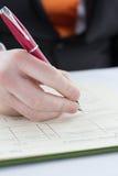 contrato de assinatura com pena vermelha Imagens de Stock